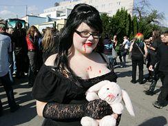 Fanoušci Marilyn Manson před brněnským velodromem