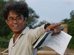 Režisér Riri Riza během natáčení filmu Laskar Pelangi (Duhové oddíly)