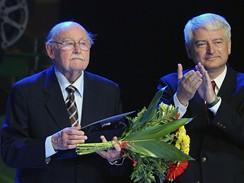 Zlín 2009 - Lubomír Lipský převzal cenu za celoživotní přínos dětské kinematografii, vpravo umělecký ředitel festivalu Petr Koliha