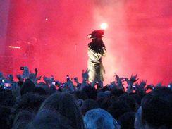 Marilyn Manson v Brně. Fotoaparáty produkce zakázala, i médiím povolila  fotit jen mobilními telefony