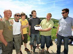 V okolí Velkých Bílovic začalo natáčení druhého dílu komedie Bobule. Jednu z rolí zde vytvořil i Jiří Korn