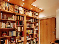 Předsíň s knihovnou