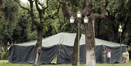 Kaddáfího stan v zahradách římské vily