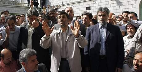 Íránský prezident Mahmúd Ahmadínežád před volební místností (12. června 2009)