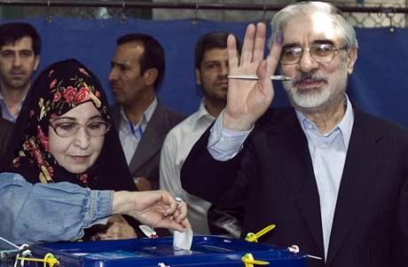 Opoziční prezidentský kandidát Husáví s manželkou ve volební místnosti (12. června 2009)