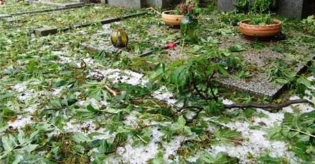 Kroupy zasypaly Znojemsko - hřbitov v Derflicích