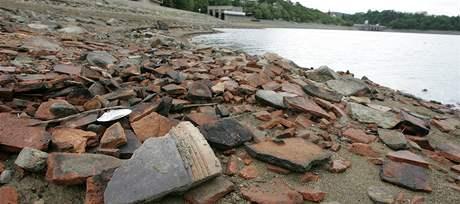 Obnažené břehy Brněnské přehrady odhalily zbytky vesnice Kníničky, která byla kvůli nádrži zatopena