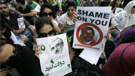 Protesty v Kuala Lumpuru proti výsledkům prezidentských voleb. Na snímku příznivci umírněného Míra Hosejna Músávího (15. června 2009)