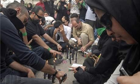 Desetitisíce lidí se svícemi a oblečeni do černé se shromáždily v centru Teheránu. (18. června 2009)