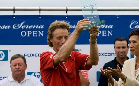 Bernhard Langer s vítěznou trofejí na Casa Serena Open