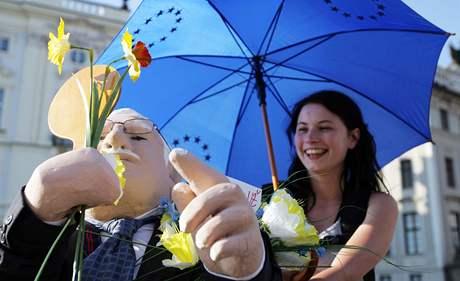 Na Pražském hradě se den před závěrečným sumitem EU pod českým předsednictvím sešli příznivci i odpůrci Václava Klause (17. června 2009)