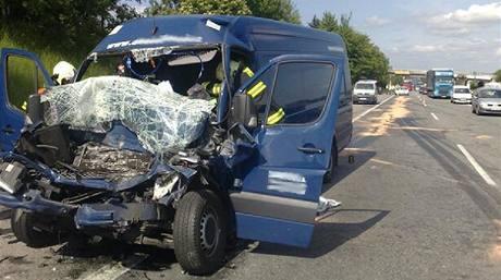 Řidič dodávky naryzil na pražském okruhu zezadu do náklaďáku.