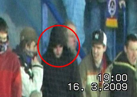 Policejní záběry z letenského stadionu.