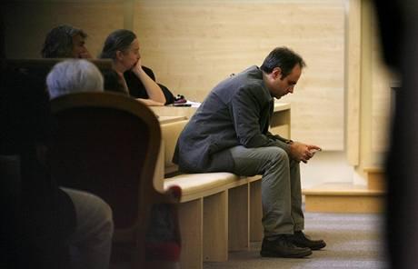 Manžel Véronique Courjaultové čeká na vynesení rozsudku. (18. června 2009)