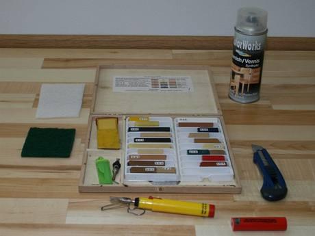 Kromě základního nářadí potřebujete k opravě i tvrdý podlahářský vosk a opravný lak ve spreji