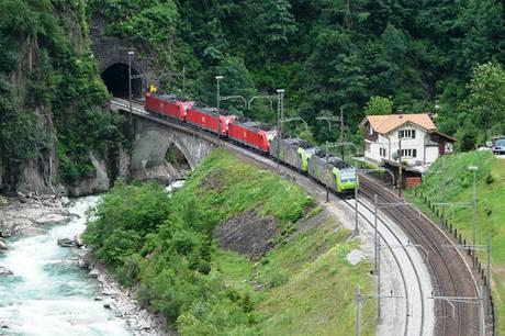 Lokomotivy se probíjí vysoko do hor. Tunel u obce Wassen.