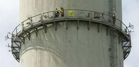 Aktivisté Greenpeace vylezli ve středu na třísetmetrový komín elektrárny Prunéřov II (10. června 2009)