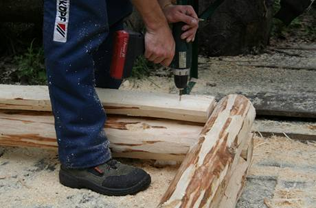 Nakonec pískoviště otočte a připevněte pomocí vrutů i oba díly z rozpůlené kulatiny.