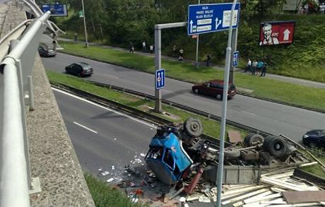 Havarovaný kamion v Praze na Černém mostě