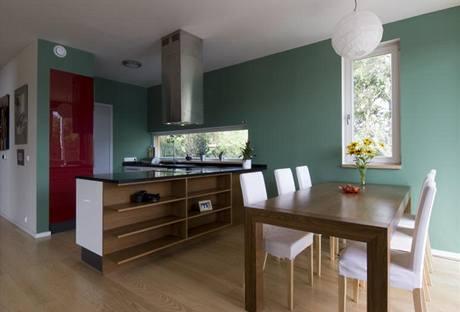 Kuchyně ve tvaru U byla vyrobena na míru z lakovaných MDF desek