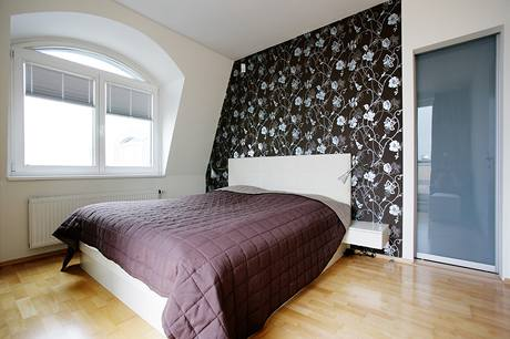 Ložnice s vliesovou tapetou a skleněnými dveřmi do šatny