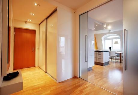Posuvné skleněné dveře oddělují předsíň od největšího pokoje