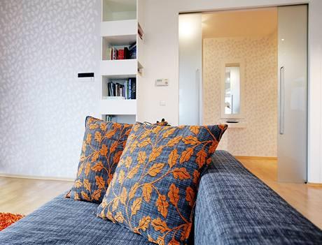 Vzor na polštářích se opakuje na stěnách