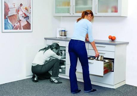 Vyjímání nádobí ze spodních skříněk