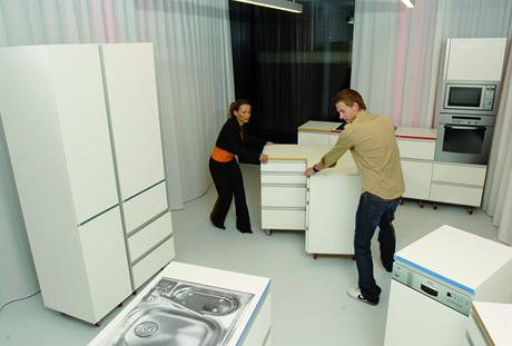 V cvičných kuchyních si lze postavit nábytek podle představ a ty pak případně korigovat