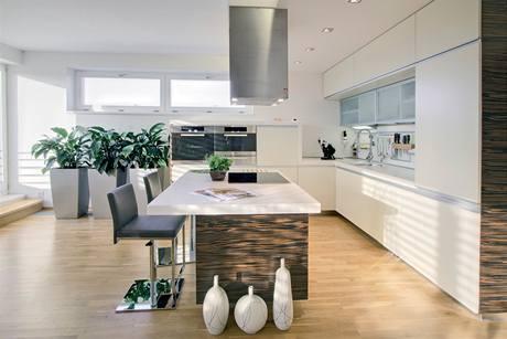 Kuchyňský nábytek je v provedení macassar a MDF desek v béžovém polomatu