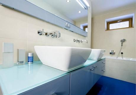 V koupelnách zkombinovali architekti lité podlahy s keramickým obkladem