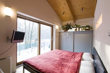 Postel v ložnici rodičů nabízí krásný výhled do zahrady