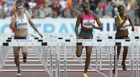 Běh na 100 metrů překážek, ženy. Uprostřed stříbrná Michelle Perryová z USA, vlevo v cíli pátá Češka Lucie  Škrobáková, vpravo v cíli šestá Anay Tejedaová z Kuby.