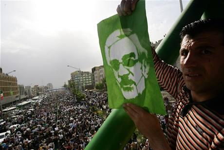 Demonstrací proti výsledkům voleb se v Teheránu zúčastnily desetitisíce stoupenců Músávího (15. června 2009)
