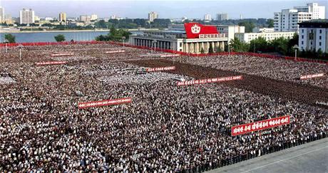 Desetitisíce Severokorejců se shromáždily na náměstí Kim Ir-sena v centru Pchjongjangu, aby vyjádřily odpor proti novým sankcím OSN vůči KLDR