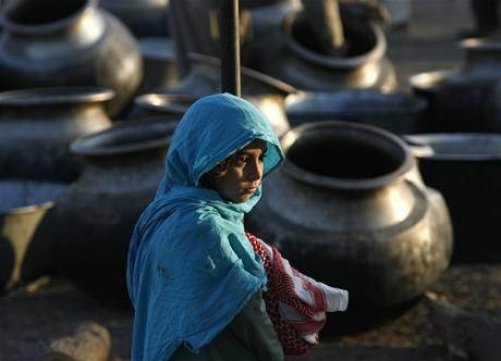 Pákistánská dívka v uprchlickém táboře