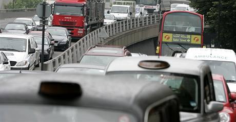 Automobily zablokovaly hlavní ulice Londýna kvůli stávce v metru.