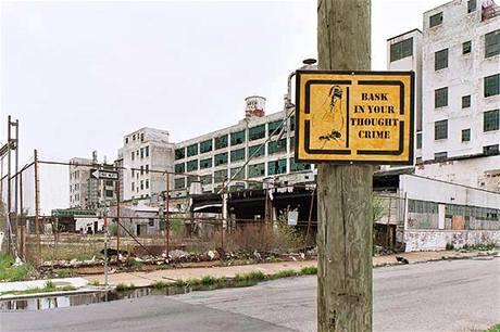 Zchátralá továrna v Detroitu.