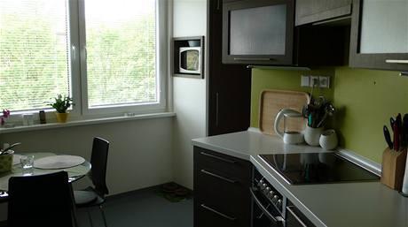 Panelákový byt s koupelnou v ložnici