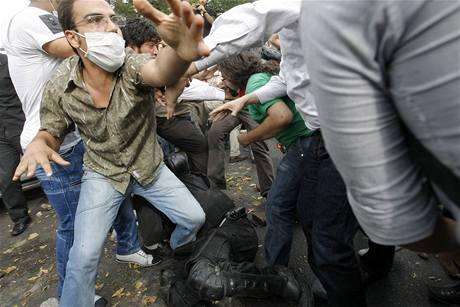 Protesty Musávího příznivců po oznámení výsledků íránských prezidentských voleb, ve kterých vyhrál současný prezident Mahmúd Ahmadínežád (13. června 2009)
