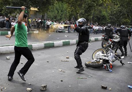 V íránské metropoli Teheránu se strhly protesty po zveřejnění výsledků prezidentských voleb, v nichž zvítězil Mahmúd Ahmadínežád. (13. června 2009)
