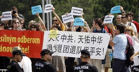 Protesty aktivistů v Bratislavě, kam přijel na návštěvu čínský prezident  Chu Ťin-tchao (19. června 2009)