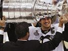 Mario Lemieux předává Stanley Cup kapitánovi Sidney Crosbymu