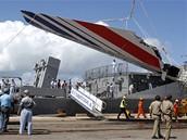 Vykládání trosek ze ztraceného airbusu Air France v přístavu v Recife (14. června 2009)