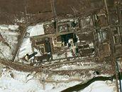 Satelitní snímek jaderného komplexu Jongbjon, kde KLDR zřejmě obohacuje uran