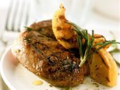 Jehněčí steak na grilu s rozmarýnem a citrony