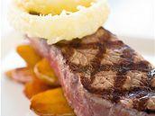 Grilovaný hovězí steak s batáty a cibulovými kroužky