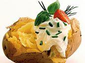 Pečené brambory s kysanou smetanou a pažitko
