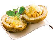 Pečené brambory plněné kukuřicí a jogurtem