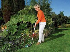Akumulátorové nůžky na trávu, nástavec lze vyměnit pro stříhání keřů
